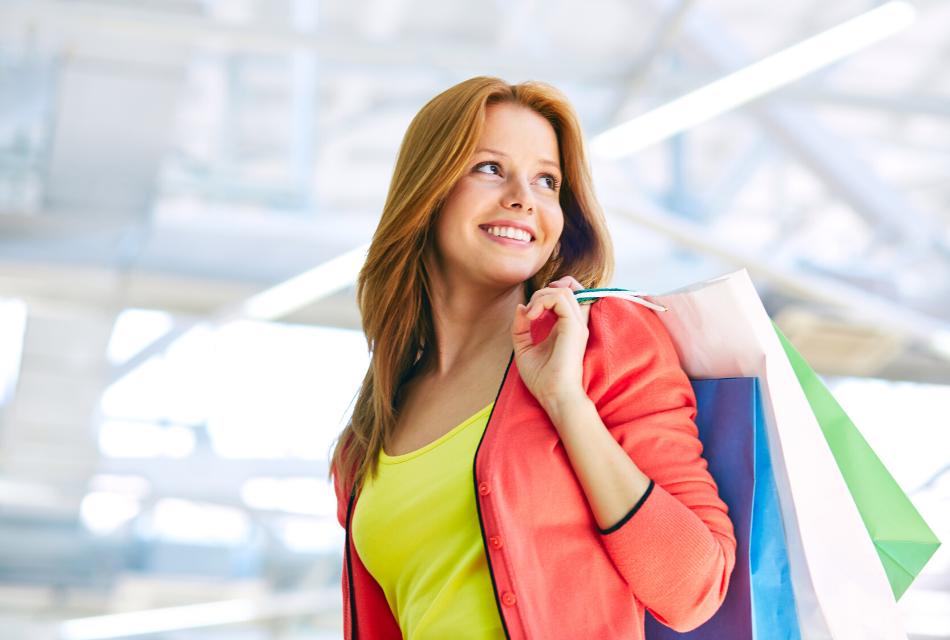 uśmiechnięta kobieta z torbami z zakupami