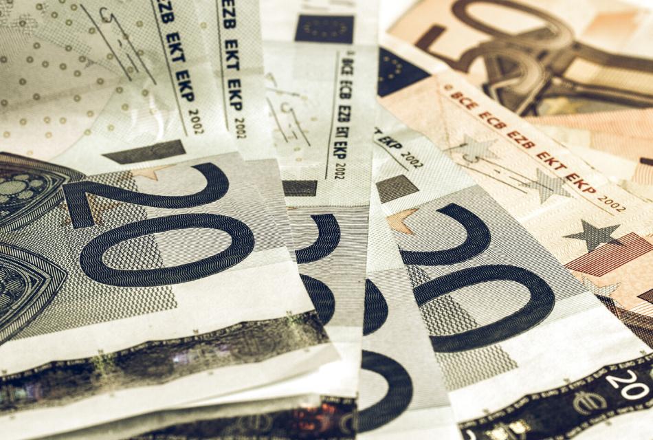 banknoty euro rozłożone na stole