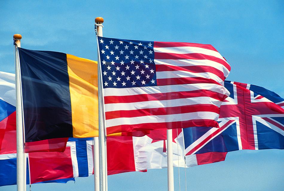 flagi różnych krajów powiewające na wietrze