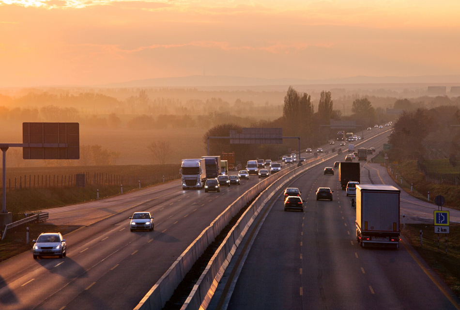 samochody jadące po autostradzie
