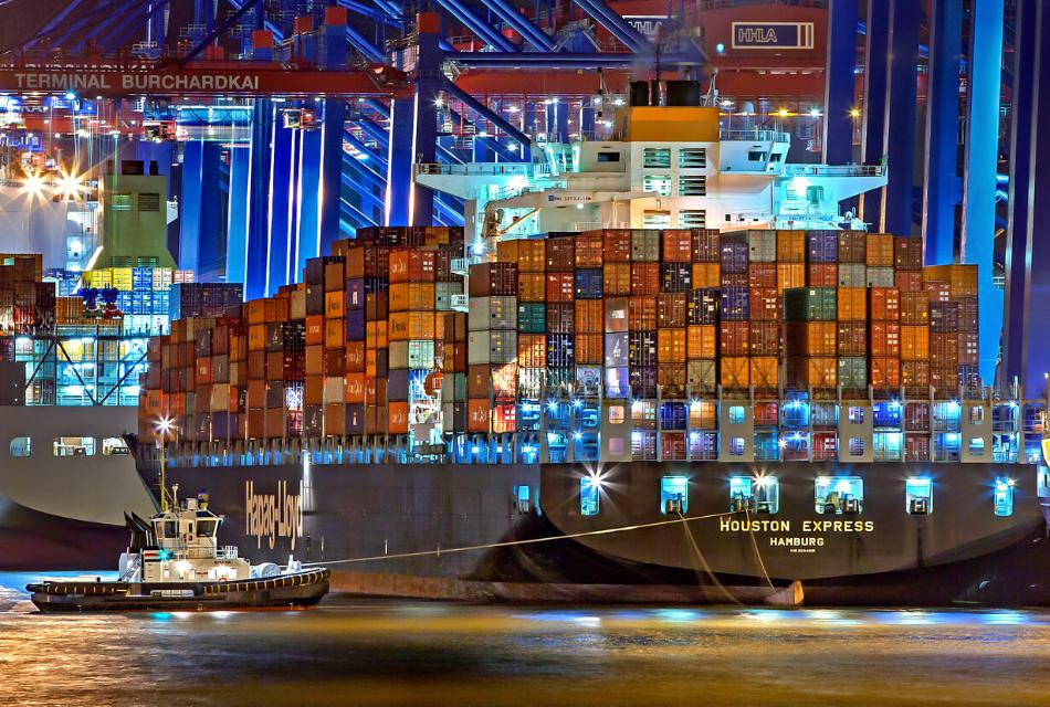 statek transportowy w porcie nocą