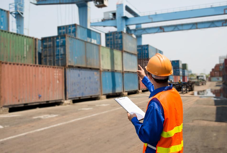 pracownik portu nadzorujący pracę