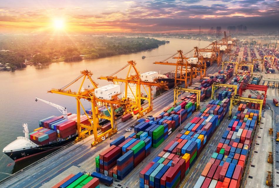 port z kontenerami i statkiem transportowym