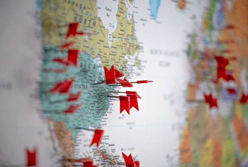 pinezki powbijane w mapę świata
