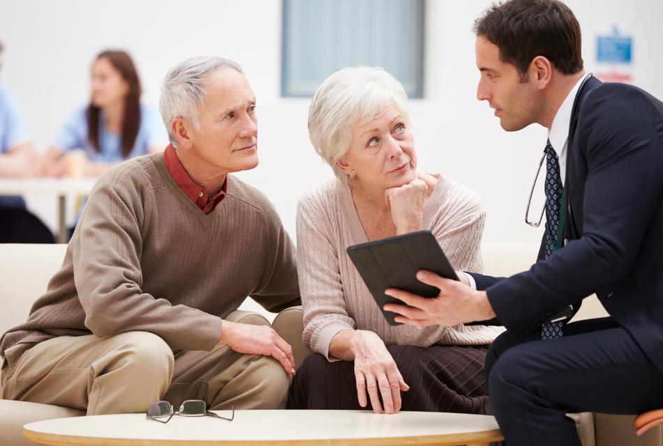 młody mężczyzna rozmawiający ze starszymi klientami