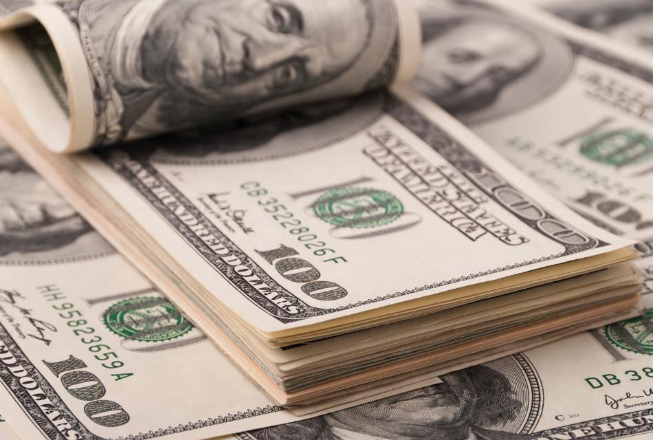 dolary w banknotach, leżące na stole