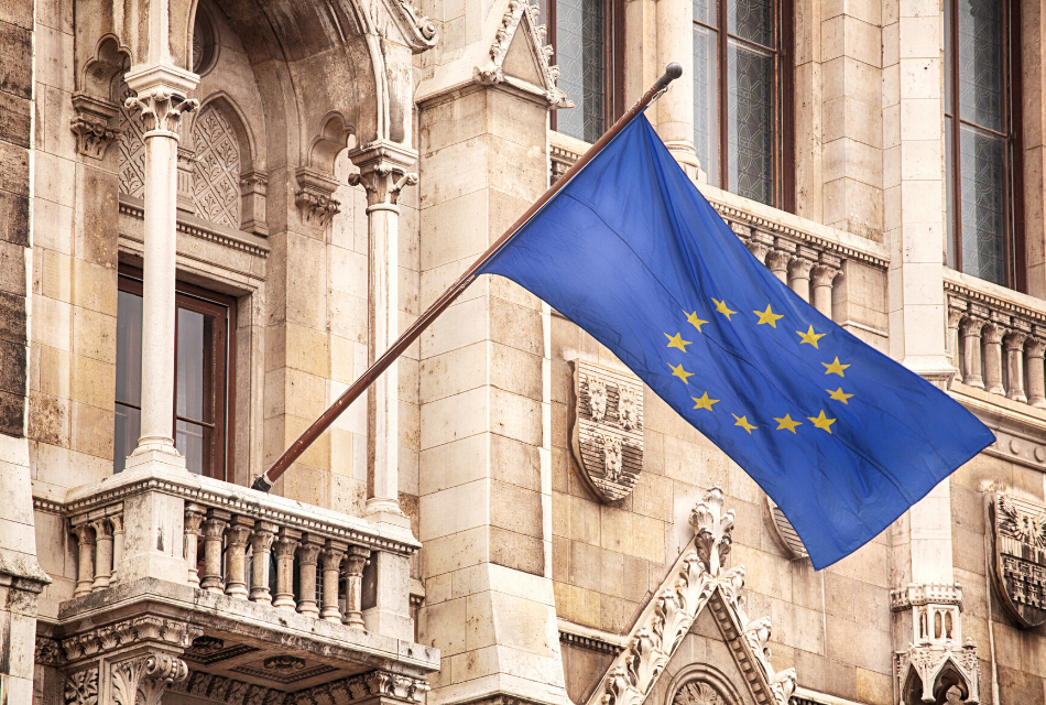 flaga unii europejskiej na zabytkowym budynku